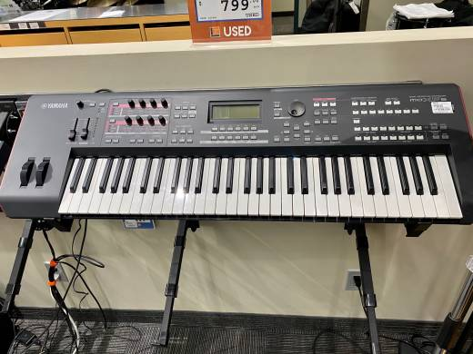 YAMAHA - 61 KEY SYNTH WORKSTATION